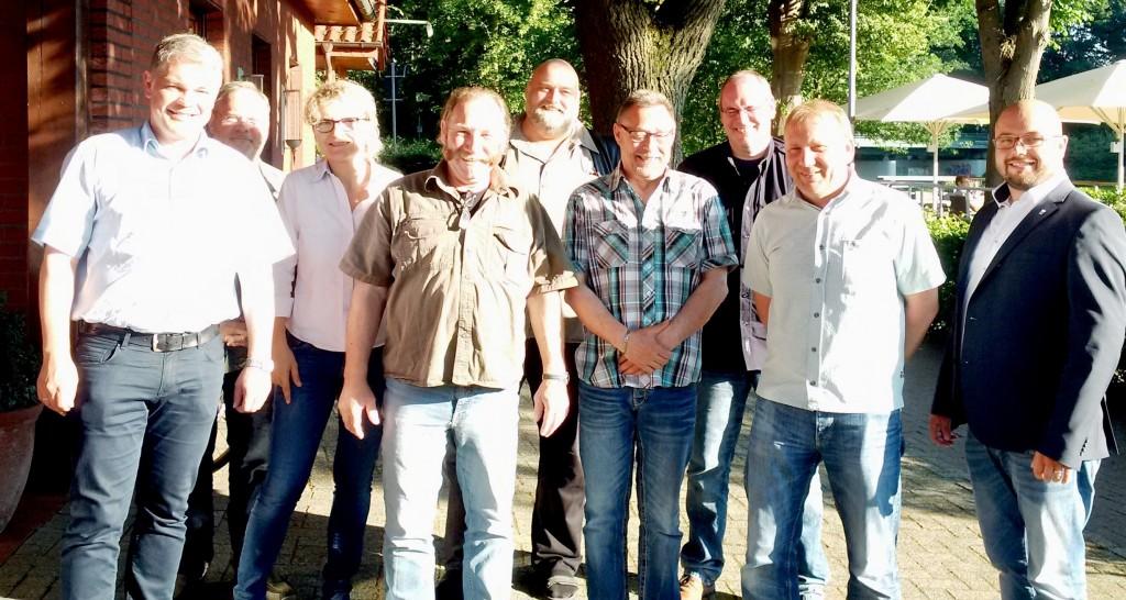 Der neue Vorstand der IG BCE Ortsgruppe Lingen Hintere Reihe v.l.: Manfred Gössling (Hagedorn), Ilona Maas (Dralon GmbH), Joachim Hofmann (BP Lingen), Bernt Kastein (Baerlocher) Vordere Reihe v.l.: Stefan Möller (BP Lingen), Oliver Bruns (BP Lingen), Klaus Herbers (Wisag GmbH), Elmar Lügering (Sonac Lingen GmbH), Patrick Leveringhaus (IGBCE) Es fehlen: Jochen Wolosin und Franz-Josef Thiering (ANF)