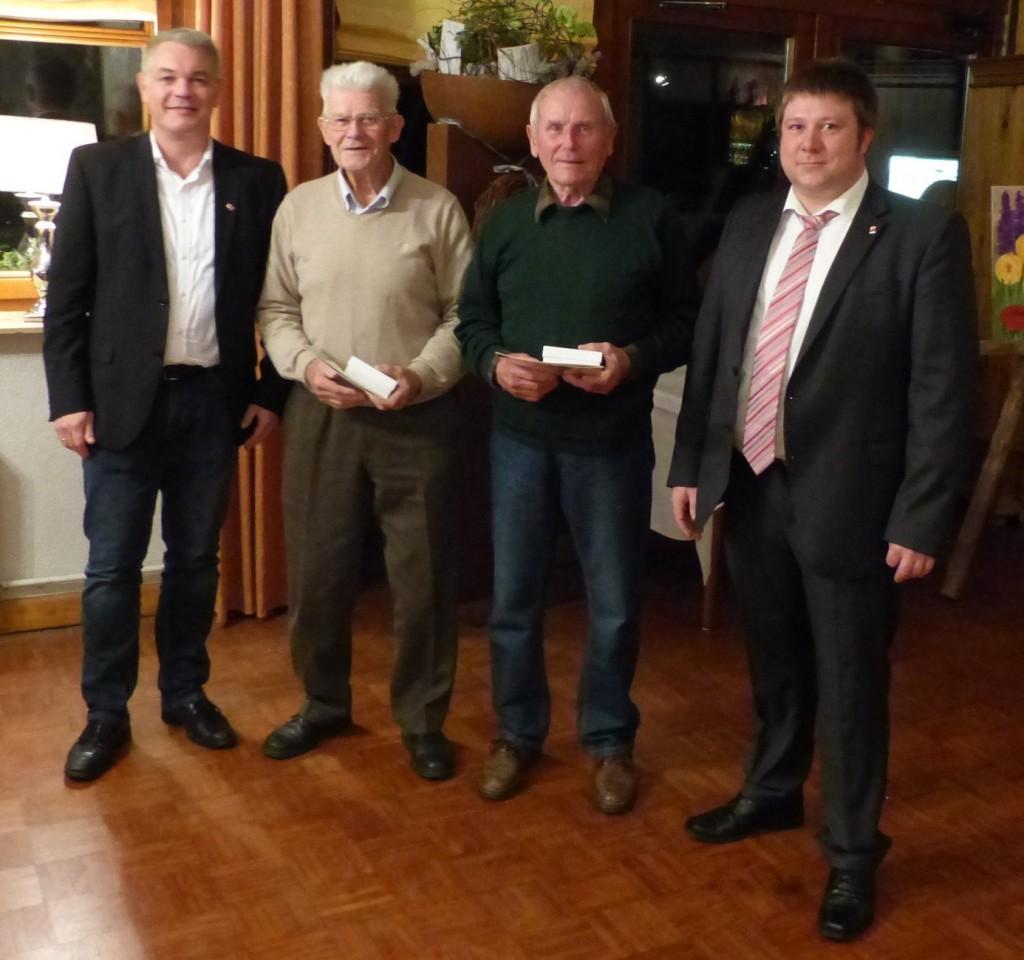 Stefan Möller (erster von links), Vors. der OG Lingen, Oliver Langkau (rechts) Gewerkschaftssekretär der IG BCE, ehrten Friedrich Johannismeier (zweiter von links) und Theo Sommer (zweiter von rechts) für ihre 70jährige Mitgliedschaft.